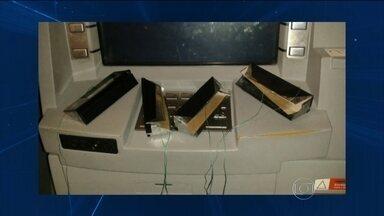 Quadrilhas usam greve para aumentar golpes nos caixas eletrônicos - Câmeras de segurança registraram a ação de criminosos em agências de Jundiaí. Eles entraram no banco e instalaram aparelho conhecido como chupa-cabras.
