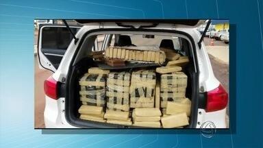PRF prende homem transportando 808 kg de maconha em carro roubado em MS - A droga seria levada de Mato Grosso do Sul para Goiás. Segundo a polícia, o veículo também tinha placas adulteradas.