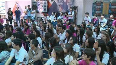 Estudantes de Campina Grande decidem marcam a saída do ensino médio de forma diferente - Eles escreveram várias lembranças e só vão ter acesso daqui a 10 anos.