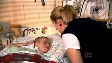Lucas faz do hospital a sua própria casa há 15 anos e ganha qualidade de vida - O filho de Paula mora na Santa Casa. Ele tem 16 anos e mora no local desde os 2 anos. A doença está controlada, mas não tem cura e precisa da ajuda dos aparelhos.