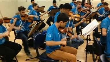 Orquestra formada por jovens de comunidades carentes se apresenta com Tiago Abravanel - Vai ser a primeira vez que a orquestra formada por 40 jovens de comunidades carentes vai se apresentar com um cantor. A apresentação promete emocionar o público em uma performance especial na noite de sábado (31),