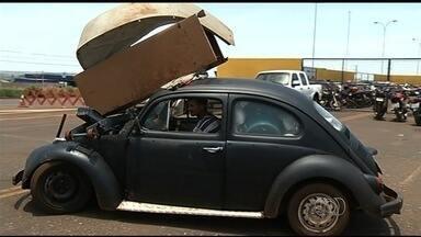 Motorista é autuado por transportar geladeira em Fusca na BR-060; vídeo - Condutor, de 42 anos, não tinha CNH e alegou dirigir desde os seis anos.Ele ainda levava no para-brisa do carro outros itens, como cadeira e roupas.