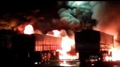 'Chupeta' em bateria provoca fogo e incendeia três carretas em Goiás - Segundo PRF, cabo pode ter se soltado e provocado curto-circuito. Três motoristas se feriram. Eles estavam em posto da BR-153.