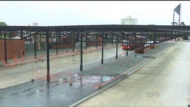 Prevista para a Copa do Mundo, obra no Terminal do Santa Candida segue atrasada - Ao invés de trazer melhorias, as obras paradas no terminal têm se tornado um verdadeiro transtorno para os passageiros.