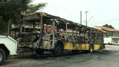 Ônibus é incendiado durante a madrugada em Jundiaí - Um ônibus foi incendiado na madrugada desta quinta-feira (5) no Jardim Tarumã, em Jundiaí (SP). De acordo com a polícia, o coletivo estava fazendo a primeira viagem do dia, por volta das 4h, quando dois homens encapuzados abordaram o veículo e pediram para que os passageiros e o motorista descessem.
