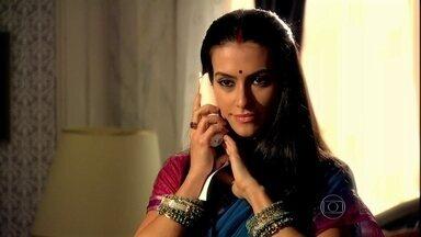 Surya liga para Duda e ela pensa que foi Raj quem telefonou - Chiara aconselha a amiga a esperar outra ligação