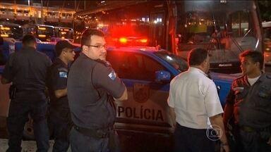 Tentativa de assalto a ônibus termina com três mortos no Rio - Um ônibus passava pela Avenida Presidente Vargas, no centro do Rio, quando dois homens anunciaram o assalto. Um policial sem farda reagiu e atirou contra os bandidos. Um deles morreu na hora.