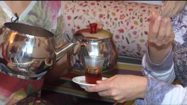 """Brasileira viaja o mundo para se especializar em chás - O """"Vc no Mundo"""" traz a história de uma paranaense apaixonada por conhecer diversas maneiras de plantar e produzir chás pelo mundo."""