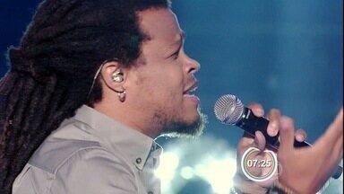 Leo Chaves passa sufoco, mas avança no The Voice Brasil - Cantor de Taubaté perde batalha, mas é salvo por Michel Teló.