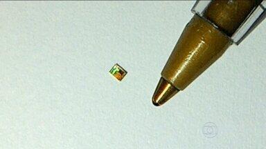 Dispositivo de segurança criado no Brasil promete combater os roubos de carga - O chip, menor que a ponta de uma caneta, é feito com grãos de areia e pode ser implantado na placa de produtos eletrônicos. A tecnologia já está sendo usada por transportadoras de São Paulo.