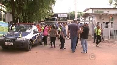 Protesto de Sindicato dos Motoristas acaba em confusão em Rio Preto - Uma manifestação feita pelo Sindicato dos Motoristas de São José do Rio Preto (SP) acabou em confusão depois de o protesto impedir a saída dos ônibus que transportam parte dos alunos da cidade. Ao todo, 2,6 mil estudantes foram prejudicados.