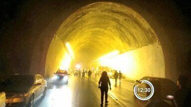 Dois carros batem de frente na Floriano Rodrigues Pinheiro - Acidente foi nesta sexta em túnel em Pinda.