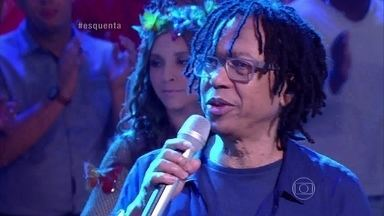 Roda de Samba do Esquenta! e Djavan cantam juntos - O cantor se diverte com a galera do Esquenta!