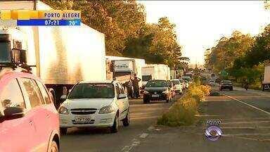 Caminhoneiros fazem paralização na RS-122 para pedir mais atenção ao setor de transporte - Não há interrupções totais em rodovias gaúchas.