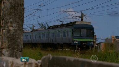 Após morte de menino, metrô é apedrejado e circulação é afetada - Parentes dizem que ele foi atropelado por um dos trens mas MetroRec nega.