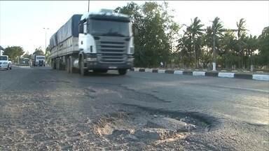 Governo Federal libera menos da metade do dinheiro previsto para obras de estradas no país - O resultado são obras atrasadas e rodovias com péssimo estado de conservação.