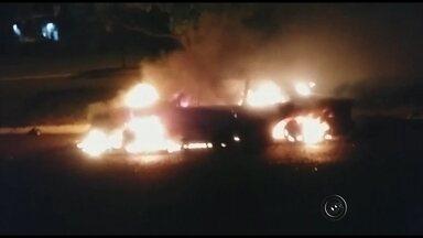 Motociclista se envolve em acidente de moto e morre próximo a Bilac - Um jovem de 19 anos morreu no sábado (7) em um acidente de moto em Bilac (SP), quando cruzava a rodovia que liga Gabriel Melhado (SP) a Birigui (SP). O carro que se envolveu no acidente pegou fogo com a batida.