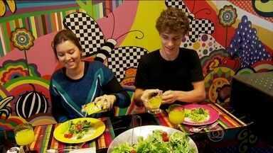 Alimentos crocantes ajudam filhos no consumo de salada - A Paula conseguiu fazer os filhos comerem salada depois que passou a colocar grãos e sementes no prato. Confira.
