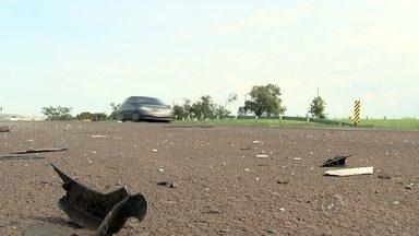 Acidente com van hospitalar deixa mortos em Santa Adélia - Uma van com sete passageiros se envolveu em um acidente na rodovia Washington Luís, por volta das 23h deste domingo (8), perto de Santa Adélia (SP). Três pessoas morreram, duas tiveram ferimentos graves e duas ficaram levemente feridas.