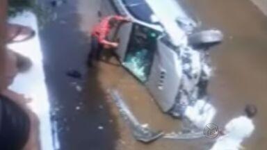 Carro cai no córrego Cubatão no fim de semana em Franca, SP - Motorista ficou preso no veículo e foi retirado pelos bombeiros.