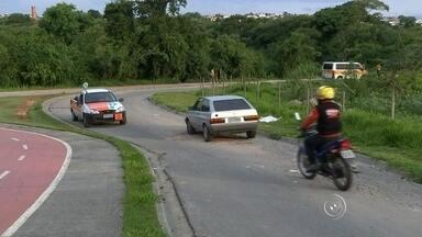 Moradores reclamam de buracos em rua de Sorocaba - A buraqueira na rua que liga os bairros Santa Catarina 1 e Santa Catarina 2, em Sorocaba, deixa moradores indignados. A situação é confusa e perigosa.
