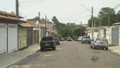 Menino de 6 anos pega arma do avô e atira no primo por acidente em São Carlos - O caso aconteceu durante uma brincadeira em São Carlos neste domingo (8). A vítima de 12 anos foi socorrida por familiares e o avô de 85 anos foi preso.