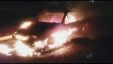 Carro envolvido em acidente pega fogo em frente de lanchonete em Bilac - O carro envolvido no acidente em que um rapaz de 19 anos morreu na madrugada de sábado (7), na rodovia Gabriel Melhado, em Birigui (SP), pegou fogo na madrugada deste domingo (8), em Bilac (SP). De acordo com a polícia, a probabilidade do incêndio ter sido criminoso é pequena, porque o carro estava na frente de uma lanchonete lotada e ninguém foi visto por testemunhas colocando fogo no veículo.