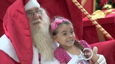 Papai Noel chega de helicóptero em shopping de Taubaté, SP - Bom velhinho vai atender crianças diariamente em shopping.