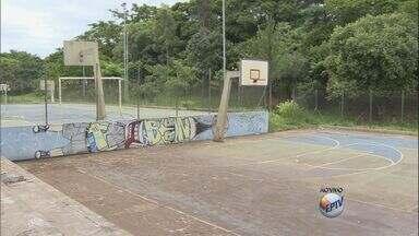 Parque do Bicão de São Carlos permanece com problemas estruturais - Há um mês atrás o problema foi mostrado e a prefeitura na época não deu um prazo para fazer as obras. O local está as tabelas de basquete quebradas e o alambrado destruído.