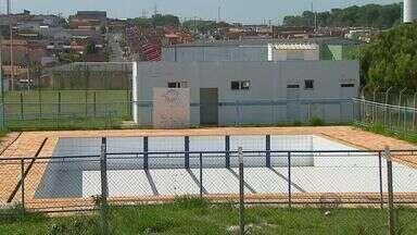 Centro da Juventude continua abandonado em bairro de São Carlos - O centro que fica no Cidade Aracy II estava com a piscina do local cercada de sujeira e o mato alto. Nos vestiários as portas e as janelas estavam quebradas.