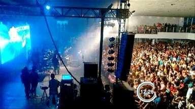 Anitta cancela show em São José e fãs cobram devolução do dinheiro - Apresentação foi cancelada cerca de uma hora antes de começar.