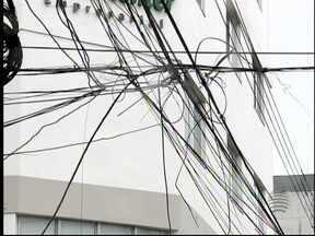 Especialista fala sobre os riscos dos fios caídos de postes - Moradores têm medo de levarem choque.