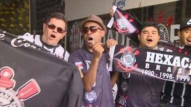 Em Manaus, torcedores do Corinthians se reúnem para torcer contra o Atlético-MG - Resultado da partida do time mineiro poderia dar o título ao time paulista.