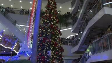 Shopping Bela Vista inaugura decoração de Natal - O cantor Carlinhos Brown participou da festa junto com o Papai Noel e animou as crianças. Veja o tema do centro comercial para a festa natalina este ano.
