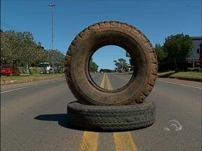 Caminhoneiros protestam nesta manhã em cidades da região - Motoristas se mobilizam nas laterais das rodovias e em postos