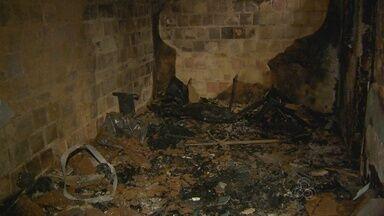 Mulher invade casa e toca fogo em quarto antes da chega da polícia, em Manaus - Ela suspeita de tentar roubar imóvel.