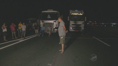 Caminhoneiros fazem protesto em Limeira - Eles bloquearam a rodovia Anhanguera, no km 142.