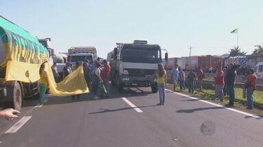 Caminhoneiros protestam na Rodovia Zeferino Vaz, em Paulínia - Desde a manhã desta terça eles bloquearam os dois sentidos da via.