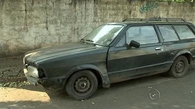 Veículos antigos estão abandonados pela rua de Rio Preto e prejudica trânsito - Os veículos antigos, que não funcionam mais e acabam sendo abandonados nas ruas, estão virando problema em Rio Preto (SP). Abandonar o carro é proibido, mas mesmo assim, eles estão espalhados pela cidade.
