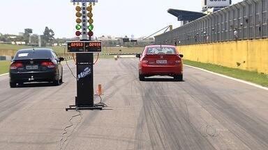 KM de arrancada agita o fim de semana em Goiânia - Mais de 100 pilotos participam da disputa na reta do autódromo de Goiânia.