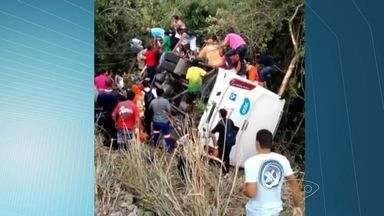 Ônibus Transcol cai em ribanceira e deixa feridos na Serra - Acidente aconteceu na tarde desta segunda-feira (9), em Taquara.GVBus diz que não houve registro de passageiros com ferimentos graves.