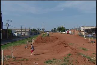 Obras paralisadas na BR-365 causam transtornos a motoristas e moradores de Uberlândia - Obras de construção das duas passagens inferiores sob a rodovia estão paralisadas desde setembro de 2014.