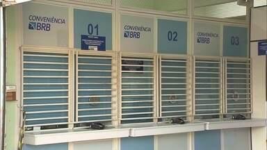 Loja de conveniência é assaltada em Taguatinga - Uma pessoa está em estado grave após ser baleado na costela. Três bandidos fugiram.