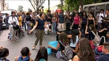 Professores e alunos fazem protesto contra a reorganização da rede estadual de ensino - Os professores fizeram uma passeata. Já os alunos ocuparam duas escolas, uma na capital e outra em Diadema.