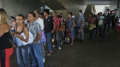 Passageiros enfrentam longas esperas por ônibus em Brazlândia - Muitos culpam o governo do DF pelo descaso. Já são 659 autos de infração por viagens não realizadas na localidade.