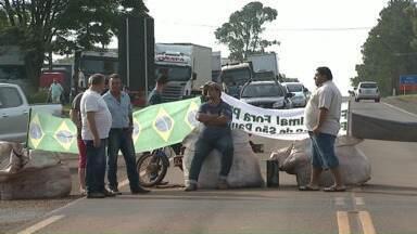 Seis pontos nas rodovias federais do Paraná continuam interditados - Em Apucarana os manifestantes liberaram hoje caminhões com cargas perecíveis.