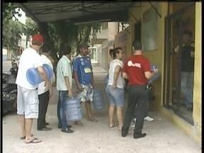 Moradores de Valadares encontram dificuldades para comprar água - Problema cresceu na cidade após o rompimento da barragem em Mariana.