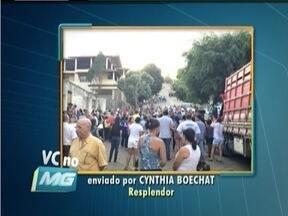 Moradores de Resplendor e Itueta fazem manifestação para pedir explicações da Copasa - Eles querem saber se a água fornecida nos municípios está sendo tratada pela companhia.