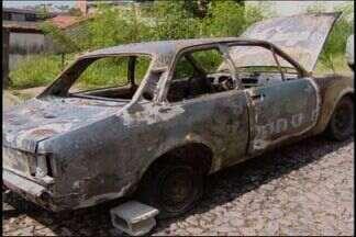 Carro fica em chamas no Bairro Niterói em Divinópolis - Segundo Bombeiros, galão de gasolina próximo ao veículo pode ter causado incêndio. Fogo foi controlado e não houve feridos.
