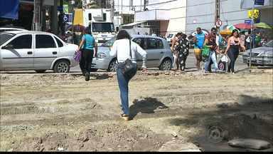JPB2JP: População reclama de como os trabalhos na Lagoa estão sendo feitos - Pedestres enfrentam dificuldades para passar pelo local das obras.